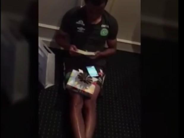 Tiaguinho recebeu a notícia e foi filmado pelos companheiros de time (Foto: Reprodução/GE)