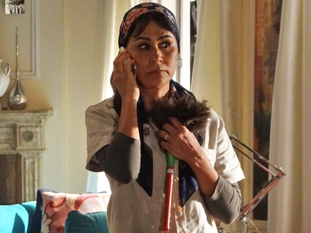 Fatma recebe ligação de Berna  (Foto: Salve Jorge/ TV Globo)