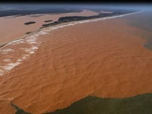 Lama de rejeitos de mineração da Samarco, na foz do Rio Doce, em Regência, Linhares (Foto: Marcello Lourenço/ Arquivo Pessoal)