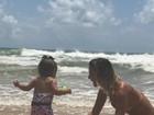 Deborah Secco curte momento com a filha Maria Flor na praia