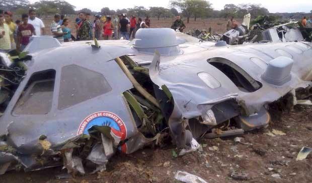 Destroços de avião militar que caiu na Colômbia (Foto: Força Aérea Colombiana / via Reuters)