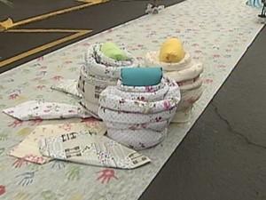 Tapetes são montados com bordados doados por empresários e bordadeiras da cidade (Foto: reprodução/TV Tem)