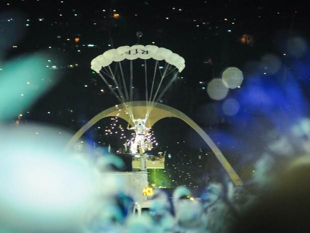 Paraquedista da Portela desce para pousar na Sapucaí durante o desfile (Foto: Alexandre Durão/G1)