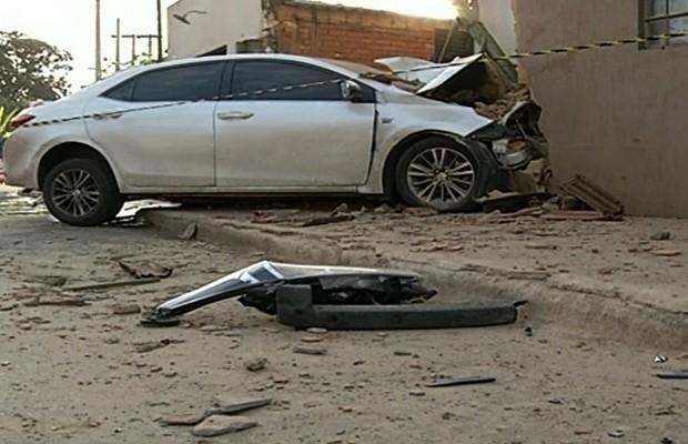 Motorista perdeu o controle do carro e invadiu casa em Luziânia, Goiás (Foto: Reprodução/TV Anhanguera)