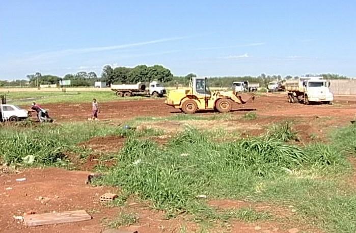Área pública no Bairro Ozanam é desocupada em Uberaba (Foto: Reprodução/TV Integração)