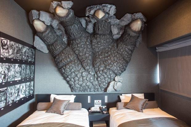 Um dos quartos temáticos com uma enorme garra do monstro sobre as camas (Foto: Getty Images)