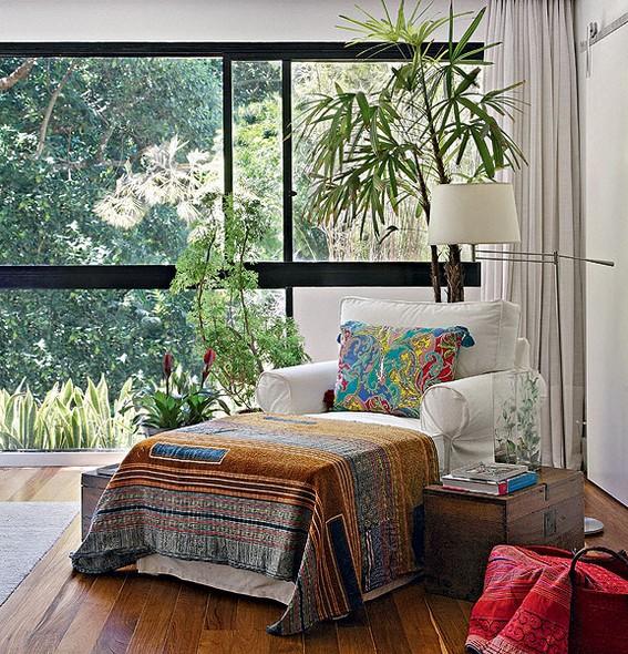 A luz natural torna o ambiente mais agradável. Priorize janelas amplas e nunca obstrua a passagem de claridade, como neste projeto Projeto da designer de interiores Paola Ribeiro, no Rio de Janeiro