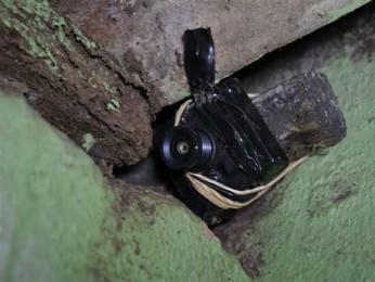 Câmera foi instalada no banheiro de casa vizinha a metalúrgica em Campo Mourão (Foto: Divulgação/Polícia Militar)