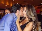 Thammy Miranda e Andressa Ferreira posam dando beijinho
