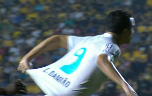 Leandro Damião puxou a própria camisa dentro da área do Tigre (Foto: Reprodução do SporTV)
