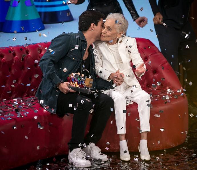 Arthur Aguiar dá beijinho na tia-avó (Foto: Isabella Pinheiro / Gshow)