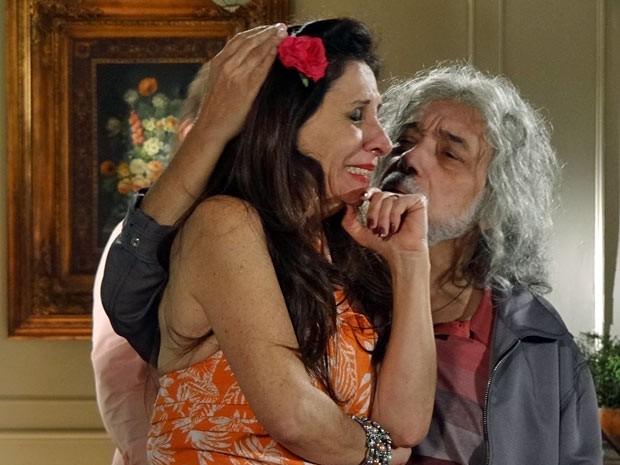 Zé tenta acalmar Carmem (Foto: Amor Eterno Amor/TV Globo)
