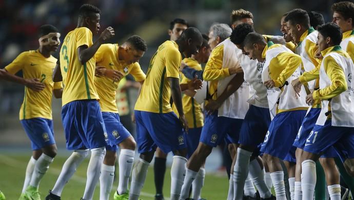Jogadores da seleção brasileira sub-17 dançam na comemoração de gol na rodada final Sul-Americano (Foto: EFE/Elvis González)
