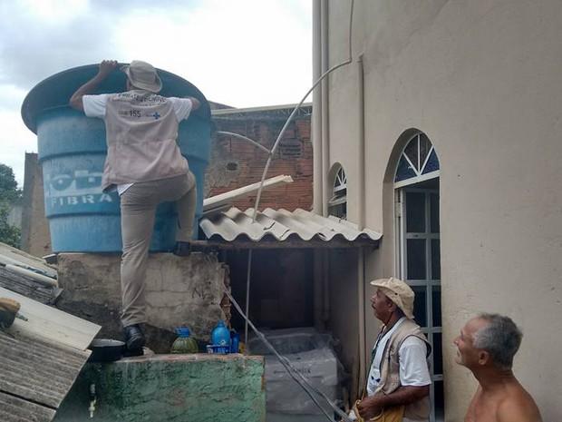 Agentes de edemia da prefeitura estiveram na casa de Gerson Gomes, na Rua Abaeté, no Bairro Santa Helena. (Foto: Diego Souza/G1)