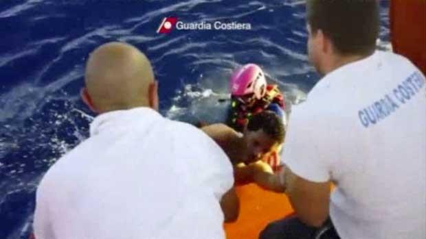 Imagem mostra resgate de sobrevivente de naufrágio na Itália (Foto: Guarda Costeira da Itália/ AP)