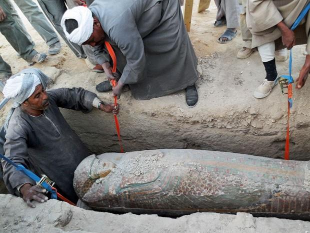 Egípcios desenterram  um sarcófago de madeira preservado que remonta a 1600 A.C (Foto: Egypts Conselho Supremo de Antiguidades/ AP )