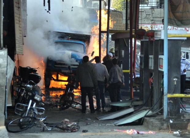 Dois carros-bomba e outros dois artefatos explodiram na região de Yarmana, no sudeste de Damasco, deixando dezenas de mortos e feridos (Foto: SANA/AP)