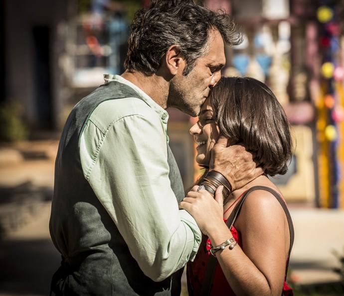Santo conta para Olívia que Miguel é seu filho (Foto: Inácio Moraes/Gshow)
