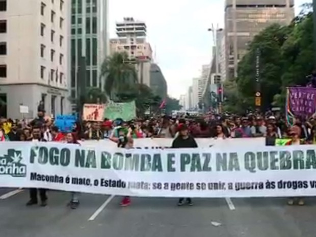 Ativistas participam da Marcha da Maconha na Avenida Paulista, em São Paulo (Foto: Reprodução GloboNews)