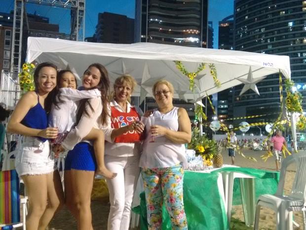 """Turistas fazem """"puxadinhos"""" na festa do aterro da Praia de Iracema (Foto: Gabriela Alves/G1)"""
