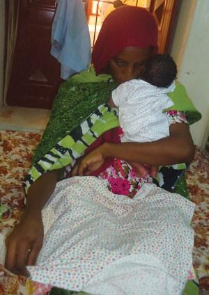 Meriam Yahia Ibrahim Ishag com seu filho recém-nascido na prisão no Sudão em 28 de maio (Foto: AFP)