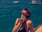 Paris Hilton sensualiza durante passeio de iate em dia de sol
