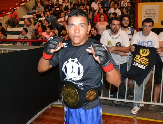 Arinaldo da Silva com seu cinturão dos pesos-moscas do Jungle Fight (Foto: Ivan Raupp/Globoesporte.com)