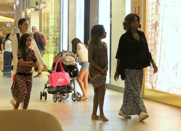 Gloria Maria com as filhas, Laura e Maria (Foto: Agnews)