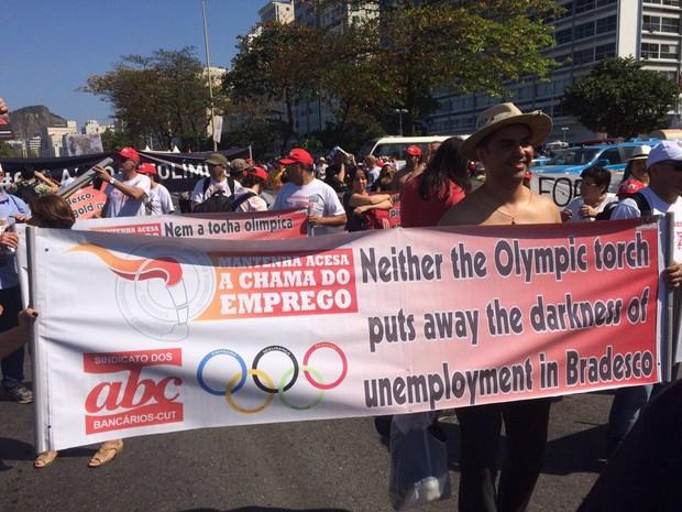 Manifestantes exibiam faixas em Copacabana criticando os jogos olímpicos (Foto: Henrique Coelho / G1)