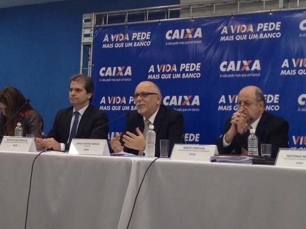 Presidente demissionário da Caixa, Jorge Hereda (centro) apresenta