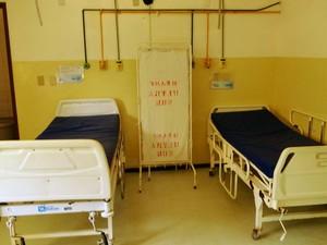 Leitos de enfermaria vazios no Hospital Regional Alfredo Mesquita Filho, em Macaíba (Foto: Ricardo Araújo/G1)