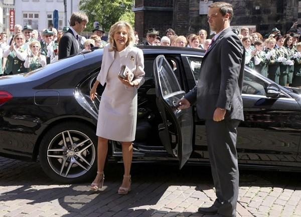Ernst chegou para a cerimônia acompanhado da mãe, Chantal (Foto: Getty Images)