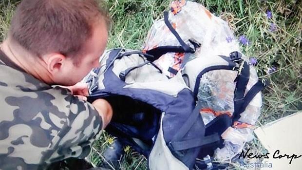 No vídeo subalternos e comandantes dos separatistas conversam por telefone entre os destroços do avião, que caiu no leste da Ucrânia (Foto: Reprodução/YouTube/Фридрих Хайек)