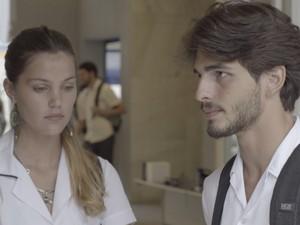 Roger e Alina ficam tensos ao lembrarem do acidente (Foto: TV Globo)