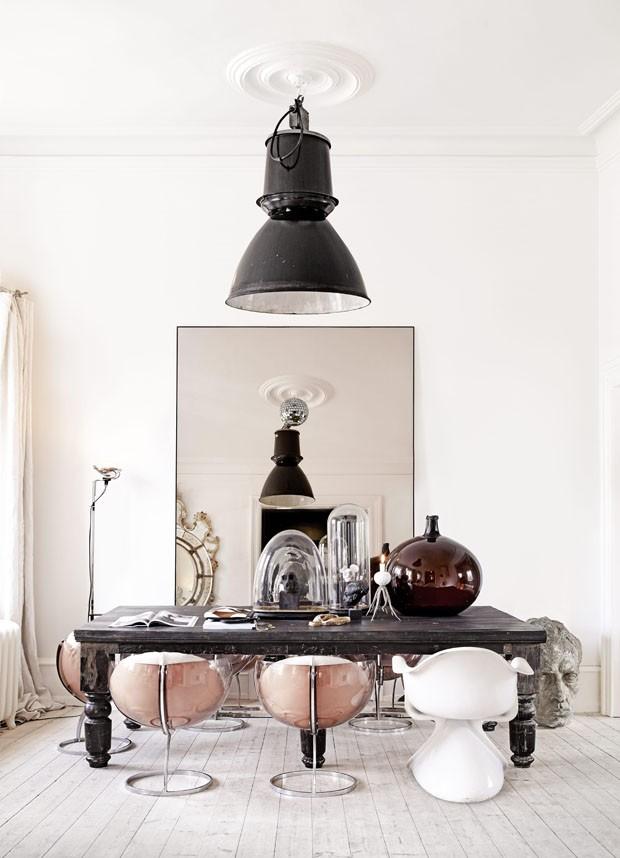 Décor do dia: sala de jantar clara, eclética e ousada
