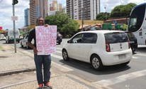 Desempregado faz cartaz e vai pedir emprego em semáforo de Teresina (Catarina Costa/G1 PI)
