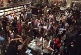 Ap�s lotar livraria em SP, Medina lan�a biografia no Rio sob gritos e histeria