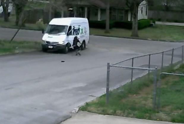Funcionário foi flagrado correndo desesperado atrás de van de entregas desgovernada (Foto: Reprodução/YouTube/JWs Public Videos)