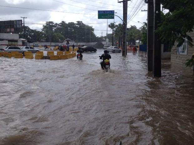 Chuva na Avenida Domingos Ferreira, no Recife (Foto: Kety Marinho/TV Globo)