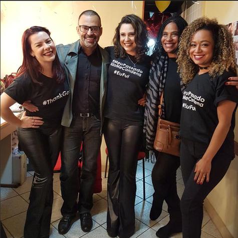 """Produtor das """"Chiquititas"""" nos anos 1990, Roberto Monteiro posa com Fernanda Souza, Angela Correa, Francis Helena e Aretha Oliveira (Foto: Fernando Cardoso)"""