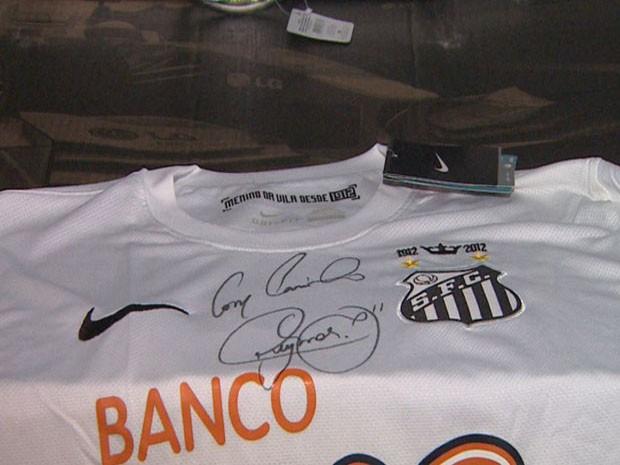Camisa do Santos autografada por Neymar é prenda do Leilão da Apae de Ribeirão Preto (Foto: Sebastião Elias / EPTV)