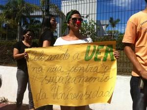 Estudante da UEA protesta na frente da sede do Governo do Amazonas (Foto: Girlene Medeiros /G1 AM)
