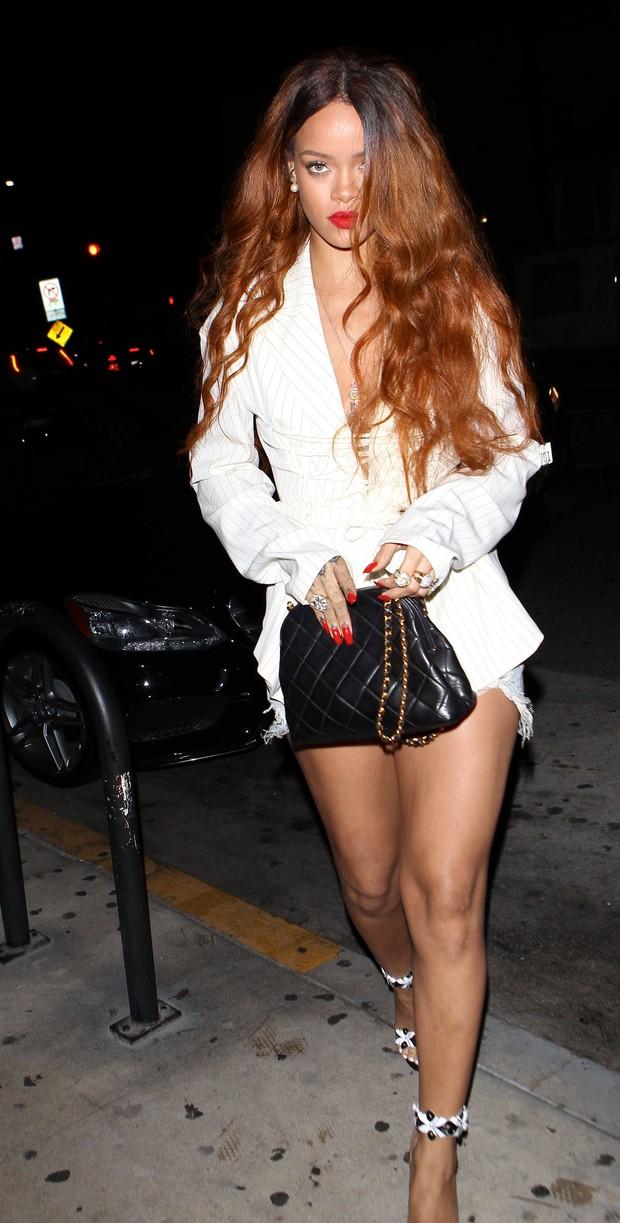 Rihanna sai para jantar usando shortinho (Foto: X17 agency)