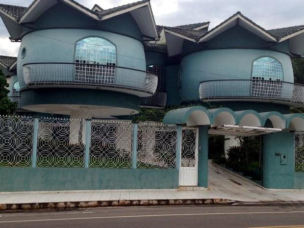 Casa tem formato de barril, em Cruzeiro do Sul (Foto: Genival Moura/G1)