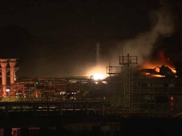 Incêndio atinge navio (Foto: Reprodução/TV Bahia)
