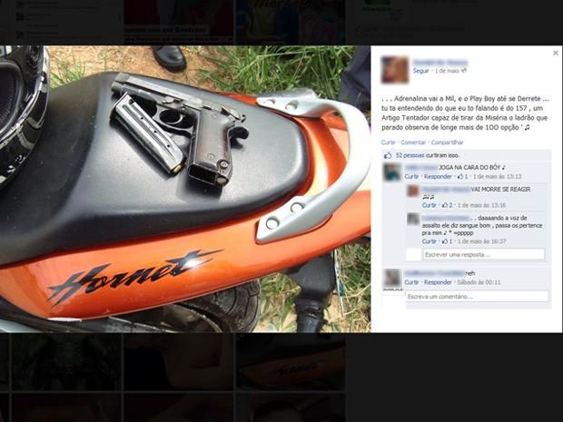 Arma é deixada sobre moto em foto no Facebook (Foto: Reprodução)