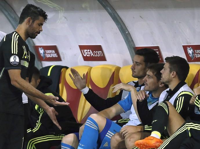 Diego Costa chega banco de reservas Macedônia x Espanha (Foto: EFE/Kai Försteling)