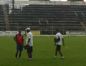 Durante o coletivo o técnico José Maria Pena passa instruções ao atacante Ely Thadeu (Foto: Diego Souza/Globoesporte.com)