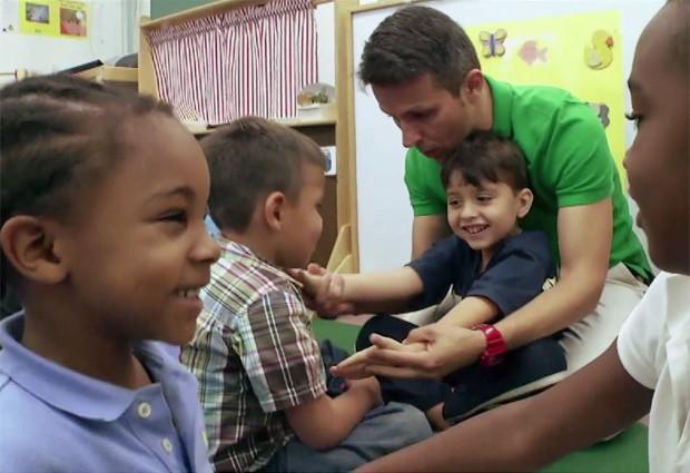 O brasileiro Alexandre Lopes, que dá aula para crianças especiais na escola Carol City Elementary, em Miami, foi eleito o melhor professor da Flórida (Foto: Reprodução/Macys's)