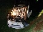 Carro cai em buraco de contenção de água e capota em rodovia de Jaú